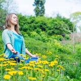 Ładna kobieta medytuje w parku Zdjęcie Stock