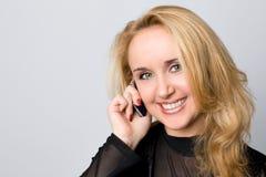 Ładna kobieta opowiada na telefonie Fotografia Royalty Free