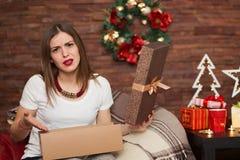 Ładna kobieta otwiera Bożenarodzeniowe teraźniejszość Fotografia Stock