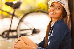 Ładna kobieta outdoors Fotografia Royalty Free