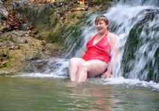 Ładna kobieta target540_1_ blisko waterf Zdjęcie Stock