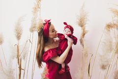 ?adna kobieta trzyma nowonarodzonego dziecka w ona r?ki obrazy stock