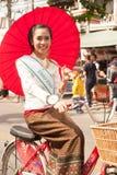 Ładna kobieta w paradzie, Parasolowy festiwal w Tajlandia Zdjęcia Royalty Free