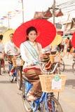 Ładna kobieta w paradzie, Parasolowy festiwal w Tajlandia Obrazy Stock