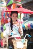 Ładna kobieta w paradzie, Parasolowy festiwal w Tajlandia Obrazy Royalty Free