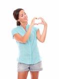 Ładna latynoska dama patrzeje miłość znaka Fotografia Stock