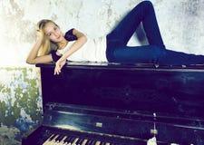 ?adna m?oda blond istna dziewczyna przy pianinem w w starym stylu rdzewiej?cym wn?trzu, rocznika poj?cie fotografia stock