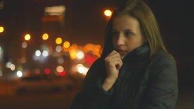 ?adna m?oda kobieta marznie na ulicie przy noc? zbiory wideo