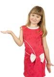 Ładna mała dziewczynka z otwartą ręką na białym bac Obraz Stock