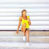 Ładna młoda blondynki kobieta pije chłodno koktajl Obraz Royalty Free