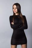 Ładna młoda brunetka z silikonowymi wargami patrzeje daleko od w studiu Fotografia Stock