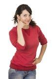 Ładna młoda dziewczyna jest ubranym czerwonego wierzchołek gestykuluje wezwanie Fotografia Royalty Free