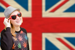 Ładna młoda kobieta w okularach przeciwsłonecznych na angielskim zjednoczeniu Zdjęcia Stock