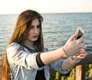 Ładna nastoletnia dziewczyna bierze selfie Zdjęcia Stock