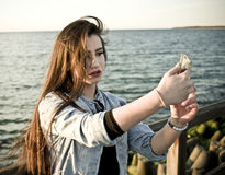 Ładna nastoletnia dziewczyna bierze selfie Obraz Royalty Free