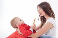 Ładna potomstwo matka robi zabawie z jej dzieciakiem Fotografia Royalty Free