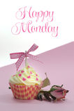 Ładna różowa babeczka z jasnoróżowym jedwab róży pączkiem na różowym tle z Szczęśliwym Poniedziałek próbki tekstem Obraz Stock