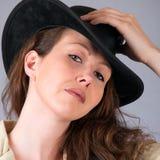 Ładna zachodnia kobieta z kowbojskim kapeluszem Zdjęcie Royalty Free