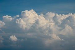 Ładne chmury w niebieskim niebie Zdjęcia Stock