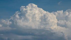 Ładne chmury w niebieskim niebie Obraz Royalty Free