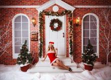 Ładne kobiety plenerowe w czerwieni ubraniach Santa Obrazy Stock