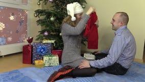 Ładnej kobiety teraźniejszości prezenta Bożenarodzeniowy szalik dla jej męża zbiory wideo