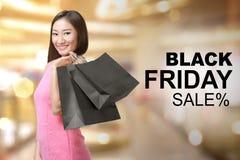 Ładni azjatykci kobiety mienia torba na zakupy Obrazy Stock