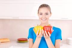 Ładni dziewczyny mienia warzywa Obraz Royalty Free