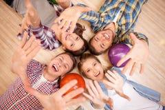 Ładni potomstwa cztery przyjaciela w kegling klubie Fotografia Royalty Free