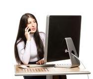 Ładny biznesowej kobiety obsiadanie przed komputerem Zdjęcie Stock