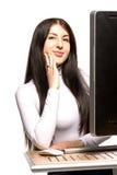 Ładny biznesowej kobiety obsiadanie przed komputerem Obrazy Royalty Free