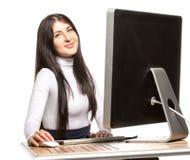 Ładny biznesowej kobiety obsiadanie przed komputerem Zdjęcia Stock