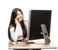 Ładny biznesowej kobiety obsiadanie przed komputerem Fotografia Royalty Free