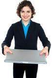 Ładny bizneswoman przedstawia laptop Obraz Royalty Free
