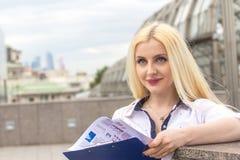 Ładny blond kierownik z abstraktów dokumentami outdoors Zdjęcia Stock
