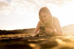 Ładny blondynki dziewczyny California stylu spacer blisko oceanu podczas gola Zdjęcia Royalty Free