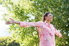 Ładny brunetki uczucie uwalnia w parku Zdjęcia Royalty Free
