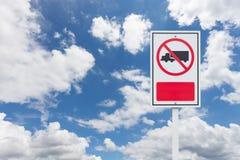 Żadny ciężarówka pozwolić znak na niebieskiego nieba tle Obrazy Royalty Free