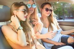 Ładny europejski dziewczyn 25-30 lat w samochodzie robi fotografii na telefonie komórkowym Obrazy Royalty Free