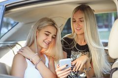 Ładny europejski dziewczyn 25-30 lat w samochodzie robi fotografii na telefonie komórkowym Obraz Royalty Free