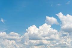 Ładny jasny niebieskie niebo Obrazy Royalty Free