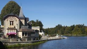 Ładny jezioro przy Bagnoles De Lorne i kawiarnia Zdjęcia Royalty Free