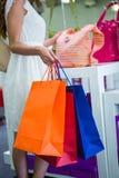 Ładny kobieta zakupy dla toreb Zdjęcia Royalty Free
