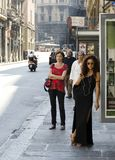 Ładny kobiety czekanie w przy przystankiem autobusowym Zdjęcia Stock