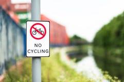 Żadny kolarstwo znak obok kanałowej ścieżki Zdjęcia Royalty Free
