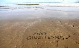 Żadny Kwestionuje writing na plażowym piasku fotografia stock
