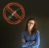 Żadny lek kobieta uśmiecha się ręki składał rękę na podbródku na blackboard tle Obrazy Stock