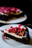 Żadny mąka czekoladowy tort z śmietanką i jagodami zdjęcia royalty free