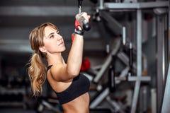 Ładny młoda dziewczyna trening w gym Obrazy Stock