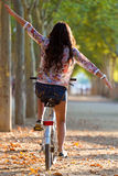 Ładny młodej dziewczyny jazdy rower w lesie Fotografia Stock